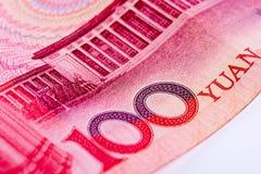 Primo piano della nota di yuan di cinese 100 RMB, mettente a fuoco sul testo Fotografia Stock