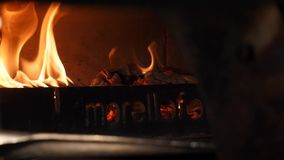 Primo piano della pala lunga che mette la pizza nel forno italiano tradizionale della pizza Pagina Pizzeria e tradizionale italia archivi video
