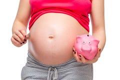 Primo piano della pancia e un porcellino salvadanaio rosa fotografia stock libera da diritti