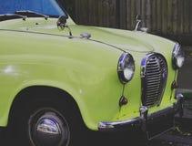Primo piano della parte anteriore della retro automobile immagine stock libera da diritti
