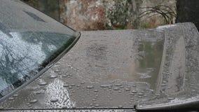 Primo piano della parte posteriore dell'automobile mentre piovendo video d archivio