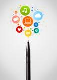 Primo piano della penna con le icone della rete sociale Immagini Stock