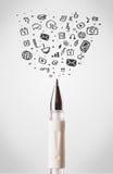 Primo piano della penna con le icone sociali di media Fotografia Stock