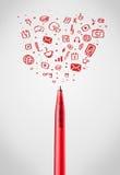 Primo piano della penna con le icone sociali di media Fotografia Stock Libera da Diritti