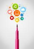 Primo piano della penna del feltro con le icone della rete sociale Immagini Stock