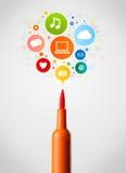 Primo piano della penna del feltro con le icone della rete sociale Fotografie Stock