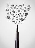 Primo piano della penna del feltro con le icone sociali di media Fotografia Stock Libera da Diritti
