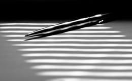 Primo piano della penna a sfera su fondo in bianco e nero Immagine Stock Libera da Diritti