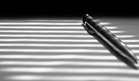 Primo piano della penna a sfera su fondo in bianco e nero Immagini Stock Libere da Diritti