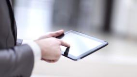Primo piano della persona di affari Using Digital Tablet con il DISP in bianco immagine stock
