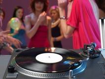Primo piano della piattaforma girevole del DJ in un randello di notte Fotografie Stock