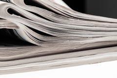 Primo piano della pila di giornali Assortimento dei giornali piegati isolati su bianco Ultime notizie, giornalismo, potere dei me Fotografie Stock