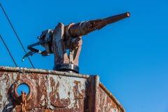 Primo piano della pistola di arpone in baleniere arrugginite Fotografia Stock Libera da Diritti