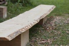 Primo piano della plancia di legno del pino senza buccia prima del processo d'abrasione Fotografia Stock