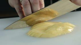 Primo piano della polpa del mango di taglio archivi video