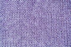 Primo piano della priorità bassa lavorato a maglia lane lilla di colore Immagini Stock