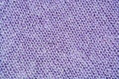 Primo piano della priorità bassa lavorato a maglia lane lilla di colore Immagine Stock