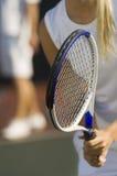 Primo piano della racchetta della tenuta del tennis Immagini Stock Libere da Diritti
