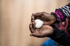 Primo piano della ragazza afroamericana che tiene uno sha fatto di marmo del cuore Fotografie Stock Libere da Diritti