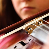 Primo piano della ragazza che gioca strumento musicale - violino Immagine Stock