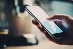 Primo piano della ragazza che manda un sms ad un certi messaggio ed invio Fotografia Stock
