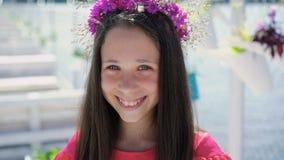 Primo piano della ragazza che sorride e che fiuta i fiori lentamente video d archivio