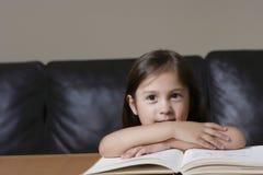 Primo piano della ragazza con il libro Fotografia Stock Libera da Diritti
