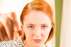 Primo piano della ragazza con la matita a disposizione Fotografie Stock