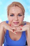 Primo piano della ragazza con le mani sul mento Fotografie Stock Libere da Diritti
