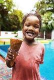 Primo piano della ragazza di origine africana con il gelato dallo stagno Immagine Stock Libera da Diritti