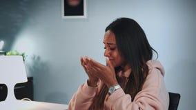 Primo piano della ragazza nera che grida e che divide le sue sensibilità con lo psicologo archivi video