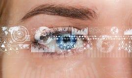 Primo piano della rappresentazione digitale dell'occhio 3D della donna Immagine Stock