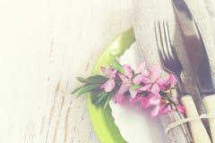 Primo piano della regolazione della tavola della primavera, ramo decorato del almo di fioritura Immagini Stock