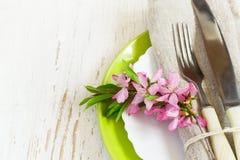 Primo piano della regolazione della tavola della primavera, ramo decorato del almo di fioritura Immagine Stock Libera da Diritti