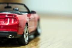 Primo piano della retrovisione dell'automobile rossa del giocattolo Fotografia Stock Libera da Diritti