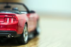 Primo piano della retrovisione dell'automobile rossa del giocattolo Immagine Stock