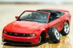 Primo piano della retrovisione dell'automobile rossa del giocattolo dopo l'incidente stradale Fotografia Stock Libera da Diritti