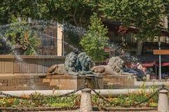 Primo piano della rotonda e fontana a Aix-en-Provence fotografia stock