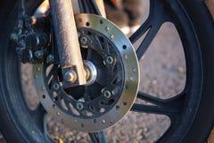 Primo piano della ruota anteriore del motobike Fotografia Stock
