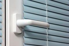 Primo piano della serratura di finestra (maniglia). Immagini Stock