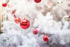 Primo piano della sfera di natale dall'albero di Natale Backgroun di festa Immagini Stock