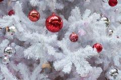 Primo piano della sfera di natale dall'albero di Natale Backgroun di festa Fotografie Stock Libere da Diritti