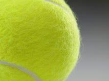 Primo piano della sfera di tennis Immagini Stock