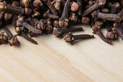 Primo piano della spezia del chiodo di garofano su fondo beige di legno Immagine Stock