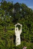 Primo piano della st Francis Statue Releasing Doves Fotografia Stock