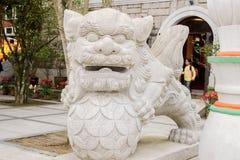 Primo piano della statua del leone in Po Lin Monastery, Hong Kong immagini stock