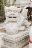 Primo piano della statua del leone in Po Lin Monastery, Hong Kong fotografie stock libere da diritti