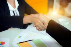 Primo piano della stretta di mano la donna di affari e l'uomo d'affari nel wo Immagine Stock Libera da Diritti