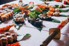 Primo piano della Tabella dell'alimento di Rolls dei sushi fotografie stock