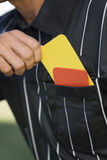 Primo piano della tasca di Taking Card From dell'arbitro Immagini Stock Libere da Diritti